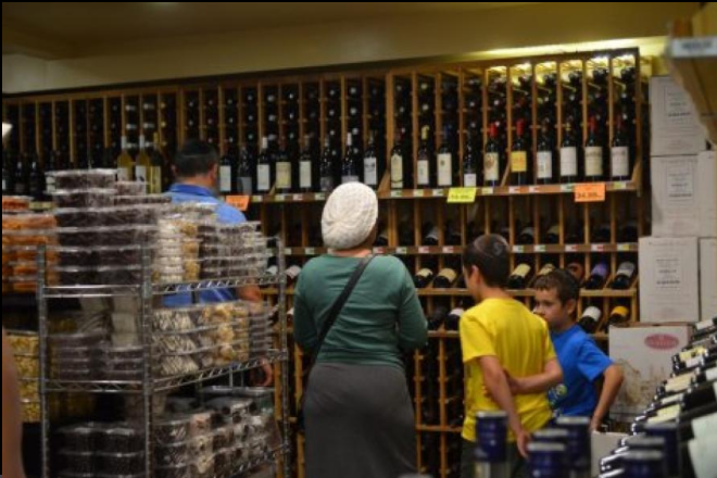 KOSHER: Above, A Jewish family shops for Shabbos wine at The Cask, a wine and liquor store on Pico Boulevard. (Photo by Gaby Benelyahu, Shalhevet High School)