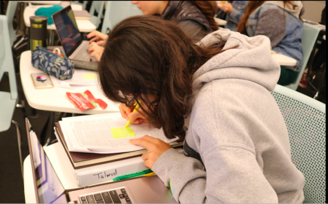 FOCUSED: Sophomore Kikuyo Shaw took notes during Rabbi David Block's Gemara class last fall. All schools surveyed grade their Judaic Studies, classes, but some, including Shalhevet, offer additional Judaic learning with different or no incentives.